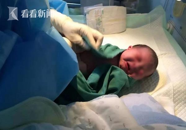 Khoảnh khắc xúc động khi em bé sơ sinh có bố mắc viêm phổi Vũ Hán và mẹ dương tính với virus corona chào đời khỏe mạnh tại khu cách ly-1