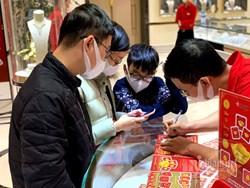 Dồn tiền mừng tuổi 9 năm, 250 triệu mua vàng Thần Tài trữ cho con