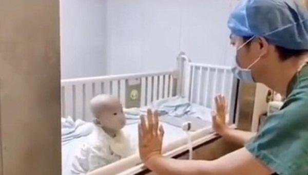 Con trai nhiễm virus Corona nằm phòng cách ly đòi bế, bố bất lực quay lưng bật khóc-1
