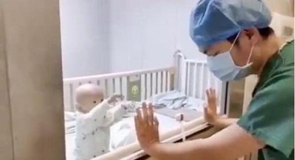 Con trai nhiễm virus Corona nằm phòng cách ly đòi bế, bố bất lực quay lưng bật khóc-2