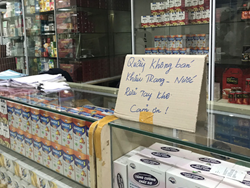 """Công an vào cuộc vụ chợ thuốc Hapulico đồng loạt treo biển """"không bán khẩu trang, nước rửa tay, miễn hỏi"""""""