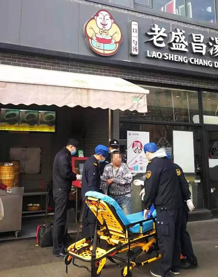Sự thật về hình ảnh một người đàn ông nghi nhiễm virus corona gục ngã trước cửa nhà hàng há cảo ở Thượng Hải-3