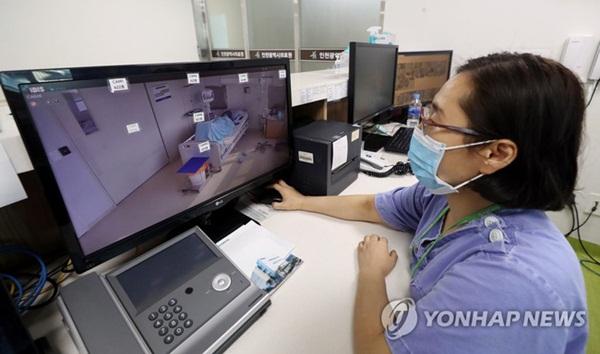Bên trong phòng cách ly của bệnh nhân nhiễm virus corona đầu tiên ở Hàn Quốc: Được chăm sóc tích cực 24/7 gần 1 tháng nhưng không thuyên giảm-2