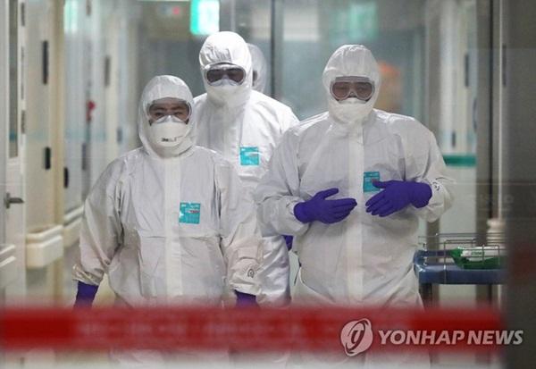 Bên trong phòng cách ly của bệnh nhân nhiễm virus corona đầu tiên ở Hàn Quốc: Được chăm sóc tích cực 24/7 gần 1 tháng nhưng không thuyên giảm-3