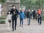 Chùm ảnh: Phố đi bộ Nguyễn Huệ vẫn đông kín người giữa những ngày tâm điểm dịch virus corona, một số người phớt lờ việc đeo khẩu trang phòng bệnh-21