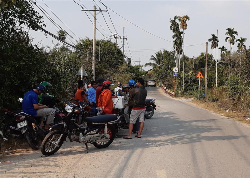 Nhiều người tò mò vẫn tập trung tại khu vực nghi Tuấn khỉ lẩn trốn để ngóng tin-1