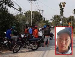 Nhiều người tò mò vẫn tập trung tại khu vực nghi Tuấn 'khỉ' lẩn trốn để 'ngóng tin'