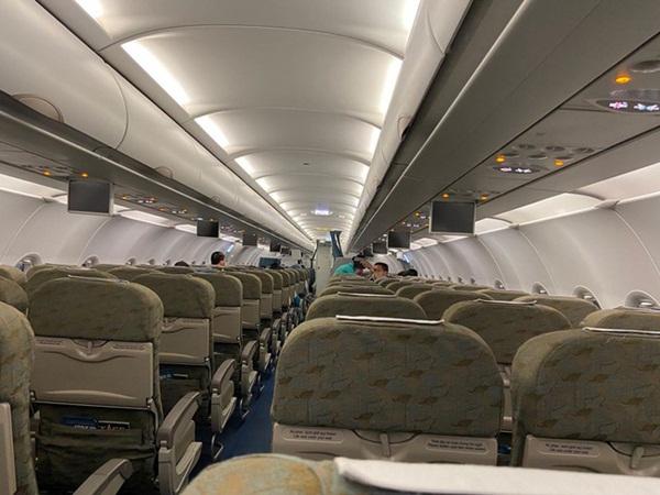 Giữa tâm bão corona, MC Minh Trang chia sẻ ảnh ông xã đi công tác trên chuyến bay trống trơn vắng khách-1