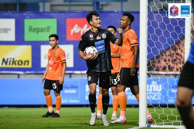 Văn Lâm thua 2 bàn trong 10 phút, đau hơn khi bị đồng đội cũ bắn hạ làm mất chức vô địch đầu tiên trên đất Thái-1