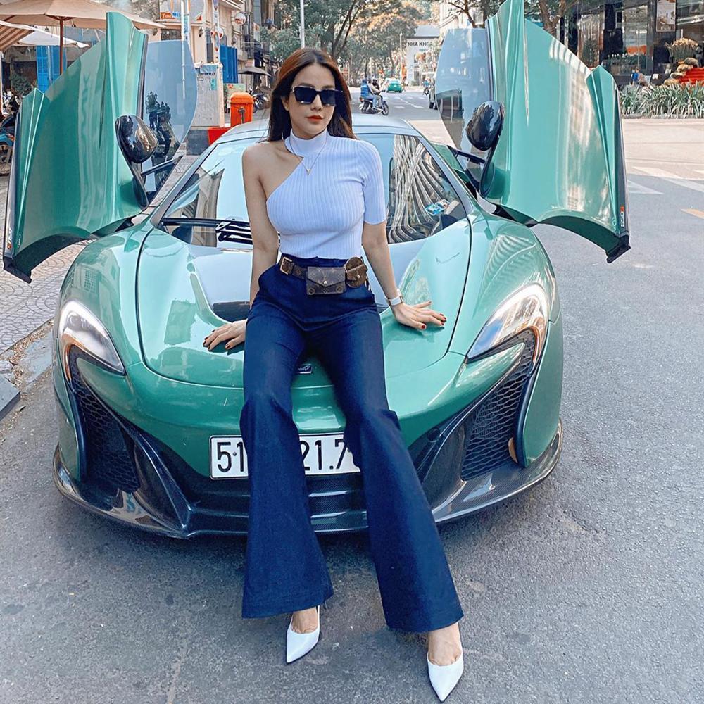Street style sao Việt: Mẹ bỉm sữa Lan Khuê lấp ló vòng 1, Ngọc Trinh phòng Corona đến tận răng nhưng vẫn chưa là gì so với vợ chồng Đông Nhi-8