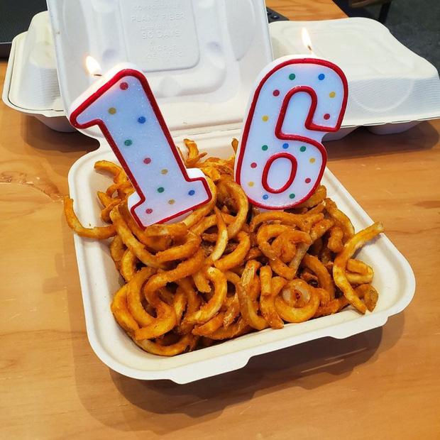 Tiền tấn tiền tỷ nhưng Mark Zuckerberg lại dùng thứ rẻ tiền này để ăn mừng sinh nhật Facebook 16 tuổi?-2