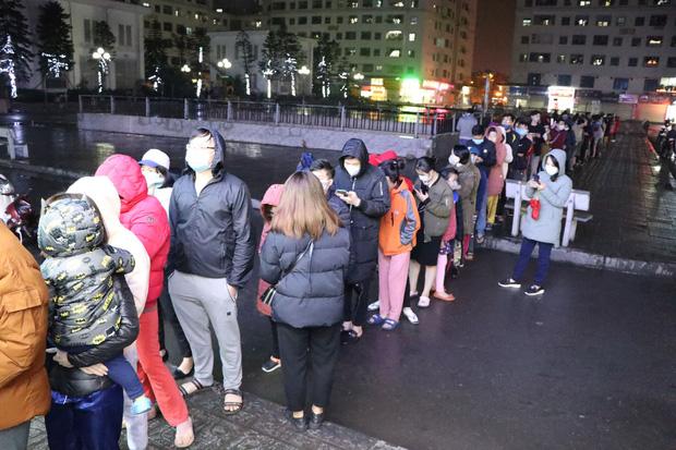 Hà Nội: Hàng trăm cư dân chung cư xếp hàng dưới trời mưa lạnh giữa đêm khuya để mua khẩu trang-1