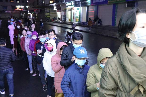 Hà Nội: Hàng trăm cư dân chung cư xếp hàng dưới trời mưa lạnh giữa đêm khuya để mua khẩu trang-2