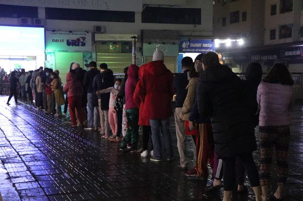 Hà Nội: Hàng trăm cư dân chung cư xếp hàng dưới trời mưa lạnh giữa đêm khuya để mua khẩu trang-3