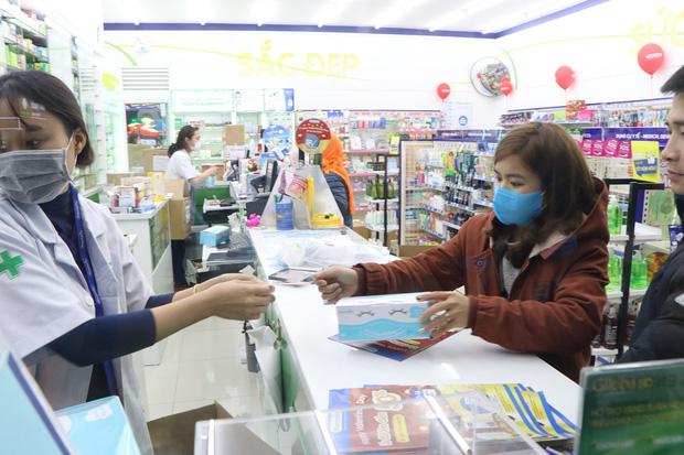 Hà Nội: Hàng trăm cư dân chung cư xếp hàng dưới trời mưa lạnh giữa đêm khuya để mua khẩu trang-4