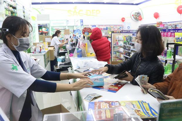 Hà Nội: Hàng trăm cư dân chung cư xếp hàng dưới trời mưa lạnh giữa đêm khuya để mua khẩu trang-5