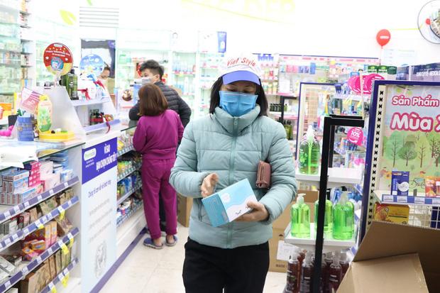 Hà Nội: Hàng trăm cư dân chung cư xếp hàng dưới trời mưa lạnh giữa đêm khuya để mua khẩu trang-6
