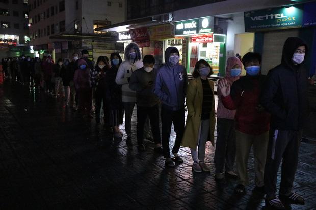 Hà Nội: Hàng trăm cư dân chung cư xếp hàng dưới trời mưa lạnh giữa đêm khuya để mua khẩu trang-7