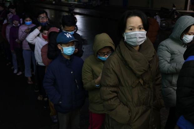 Hà Nội: Hàng trăm cư dân chung cư xếp hàng dưới trời mưa lạnh giữa đêm khuya để mua khẩu trang-10