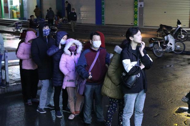 Hà Nội: Hàng trăm cư dân chung cư xếp hàng dưới trời mưa lạnh giữa đêm khuya để mua khẩu trang-8