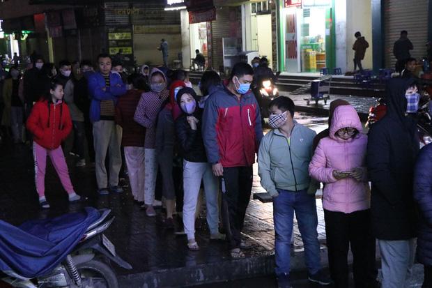 Hà Nội: Hàng trăm cư dân chung cư xếp hàng dưới trời mưa lạnh giữa đêm khuya để mua khẩu trang-9