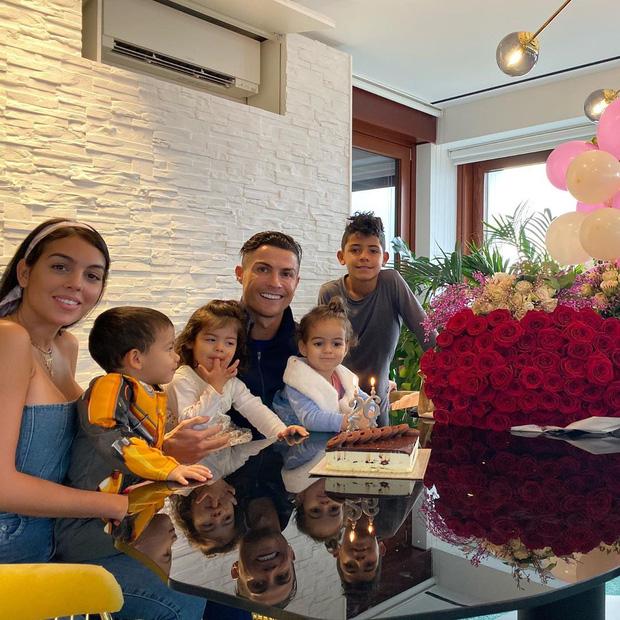 Trong ngày sinh nhật tuổi 35, Ronaldo bất ngờ bị fan đào lại ảnh từ 30 năm trước: Hóa ra, CR7 vốn đẹp trai từ bé-7