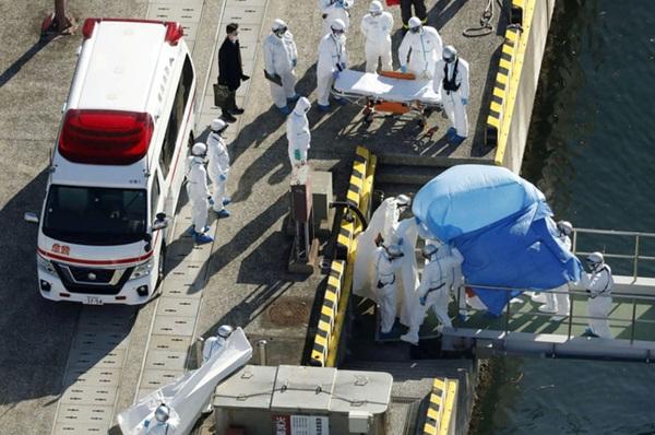 Chùm ảnh bên trong 2 chiếc du thuyền hạng sang đang bị cách ly ngoài khơi giữa đại dịch virus corona, hơn 5000 người không được lên đất liền-2