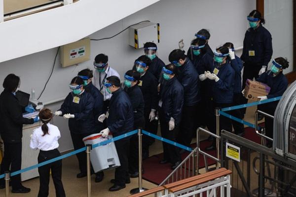 Chùm ảnh bên trong 2 chiếc du thuyền hạng sang đang bị cách ly ngoài khơi giữa đại dịch virus corona, hơn 5000 người không được lên đất liền-13