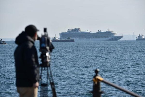 Chùm ảnh bên trong 2 chiếc du thuyền hạng sang đang bị cách ly ngoài khơi giữa đại dịch virus corona, hơn 5000 người không được lên đất liền-9