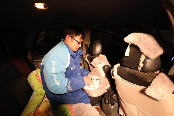 Shipper ngủ trên xe, không dám vào nhà vì sợ lây corona cho gia đình-2