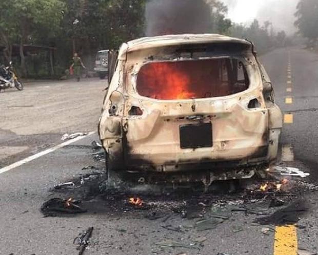 Nóng: Ô tô bốc cháy ngùn ngụt sau tiếng nổ lớn, 2 người chết thảm-1