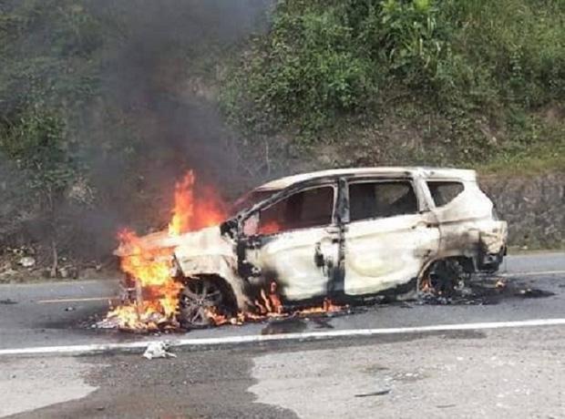 Nóng: Ô tô bốc cháy ngùn ngụt sau tiếng nổ lớn, 2 người chết thảm-2