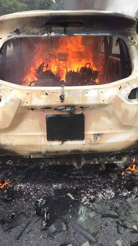 Nóng: Ô tô bốc cháy ngùn ngụt sau tiếng nổ lớn, 2 người chết thảm-3