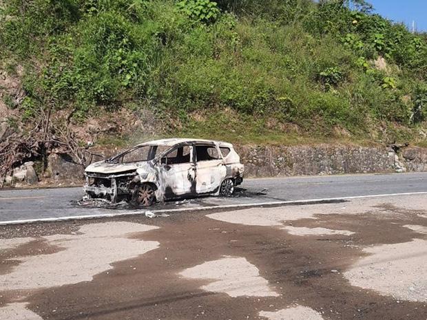 Nóng: Ô tô bốc cháy ngùn ngụt sau tiếng nổ lớn, 2 người chết thảm-4