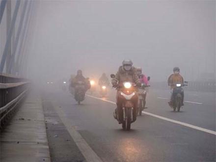 Trời Hà Nội đặc quánh sương, bật đèn pha suốt sáng mới thấy đường