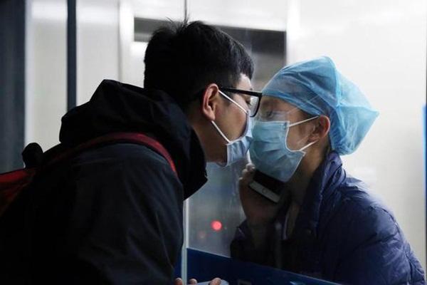 Nữ y tá chống dịch corona hôn bạn trai qua tấm kính cách ly sau 11 ngày xa cách cùng lời nói khiến ai cũng rơi lệ-1