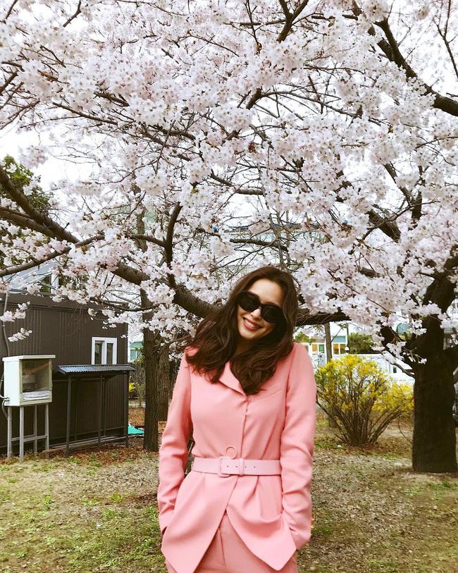 Bạn học 12 ý tưởng diện đồ hồng từ sao nữ Hàn thì Valentine chỉ xinh và sang chứ không có chuyện sến-3