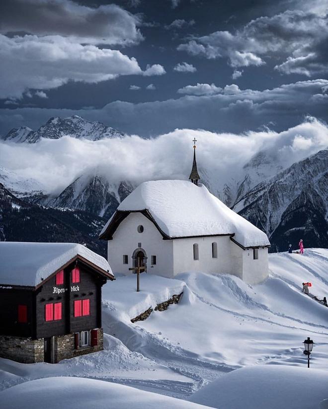 Choáng ngợp trước vẻ đẹp siêu thực của ngôi làng không xe hơi được mệnh danh là thiên đường mùa đông ở Thụy Sĩ-2