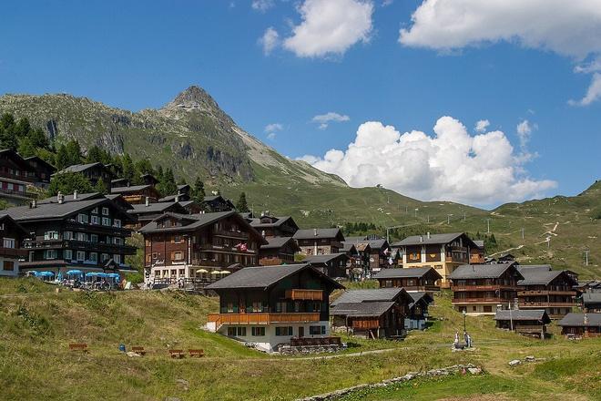 Choáng ngợp trước vẻ đẹp siêu thực của ngôi làng không xe hơi được mệnh danh là thiên đường mùa đông ở Thụy Sĩ-11