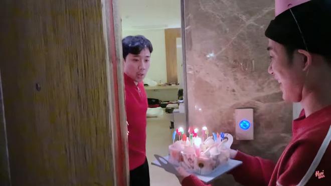 Trấn Thành bật khóc, hôn say đắm Hari Won khi được tổ chức sinh nhật tại Hàn Quốc-2