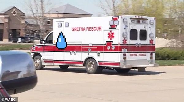 Bệnh nhân đau tim đang hấp hối bỗng được cứu sống vì xe cứu thương tông phải... ổ gà-1