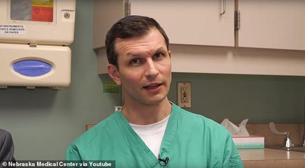 Bệnh nhân đau tim đang hấp hối bỗng được cứu sống vì xe cứu thương tông phải... ổ gà-2