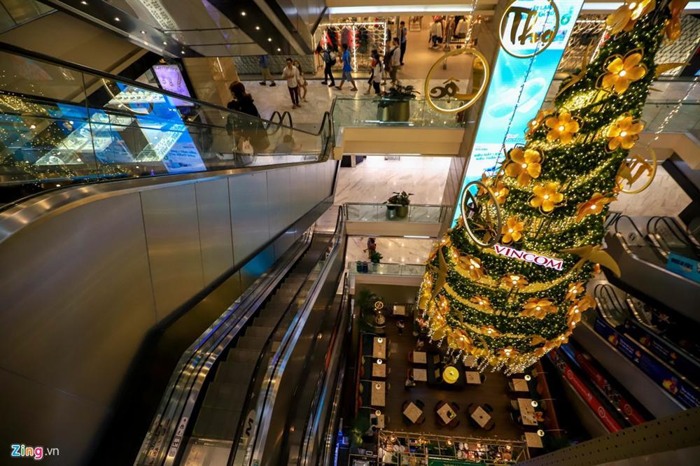 Cảnh vắng lặng khác lạ ở các trung tâm thương mại TP.HCM-9
