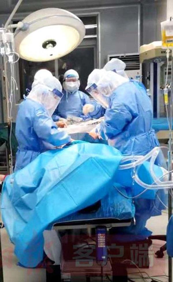 5 ngày sau khi chào đời, bé sơ sinh nhiễm virus corona được 3 bác sĩ đồng ý theo đến khu cách ly để chăm sóc, cảnh chia tay khiến ai nấy rưng rưng-1
