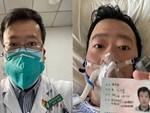 Nghẹn ngào trước di ảnh trắng đen của bác sĩ Vũ Hán từng cảnh báo về dịch viêm phổi trước cửa bệnh viện-5
