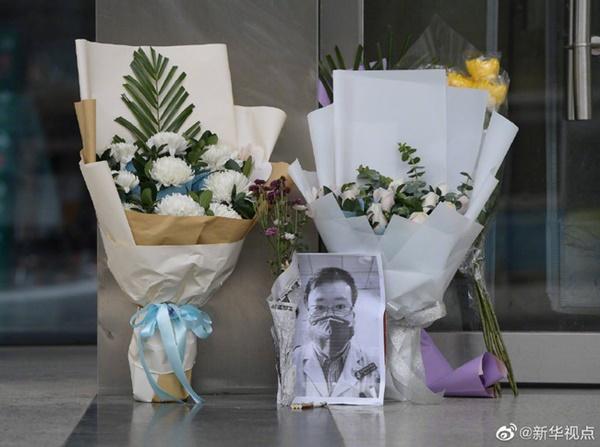 Nghẹn ngào trước di ảnh trắng đen của bác sĩ Vũ Hán từng cảnh báo về dịch viêm phổi trước cửa bệnh viện-1