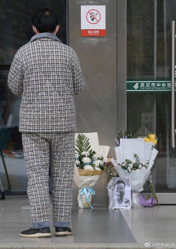 Nghẹn ngào trước di ảnh trắng đen của bác sĩ Vũ Hán từng cảnh báo về dịch viêm phổi trước cửa bệnh viện-2
