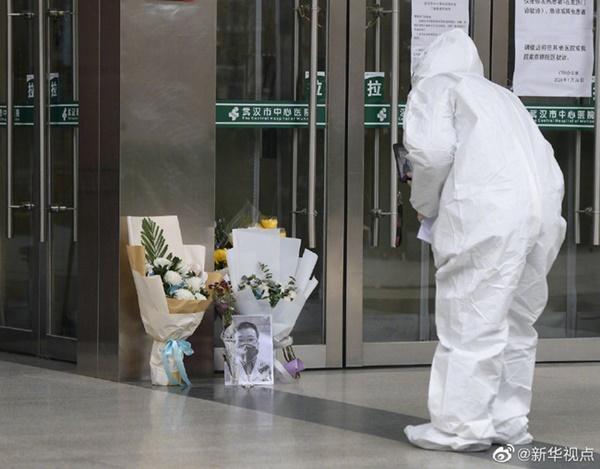 Nghẹn ngào trước di ảnh trắng đen của bác sĩ Vũ Hán từng cảnh báo về dịch viêm phổi trước cửa bệnh viện-3