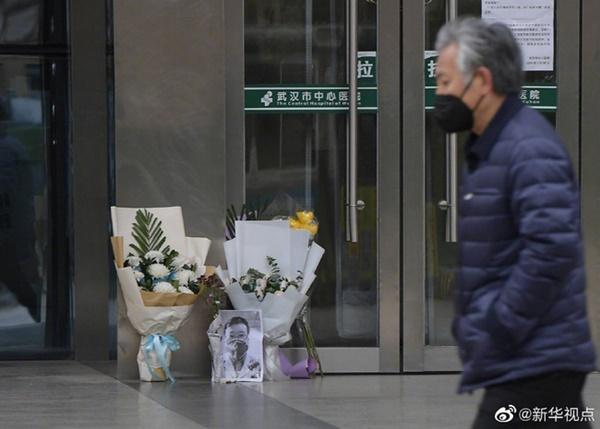 Nghẹn ngào trước di ảnh trắng đen của bác sĩ Vũ Hán từng cảnh báo về dịch viêm phổi trước cửa bệnh viện-4