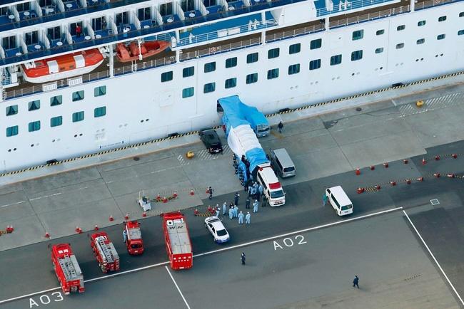 Cuộc sống trên du thuyền bị cách ly vì virus corona: Từ con tàu sang chảnh trở thành nơi giam lỏng, u ám đến nghẹt thở-1